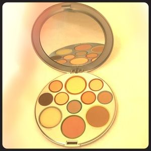 Lauren Hutton face disk makeup kit